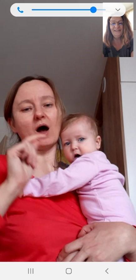 romzowa przez komunikator internetowy - matka z dzieckiem na ręku i osoba z Fundacji