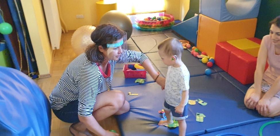 dziecko w trakcie ćwiczeń