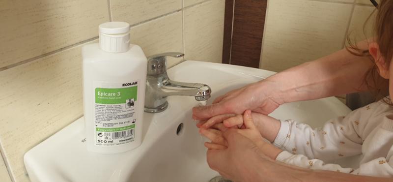 dziecko myje ręce